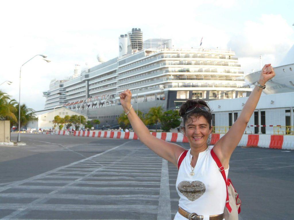 Бойка снимка пред круизния кораб на Аруба