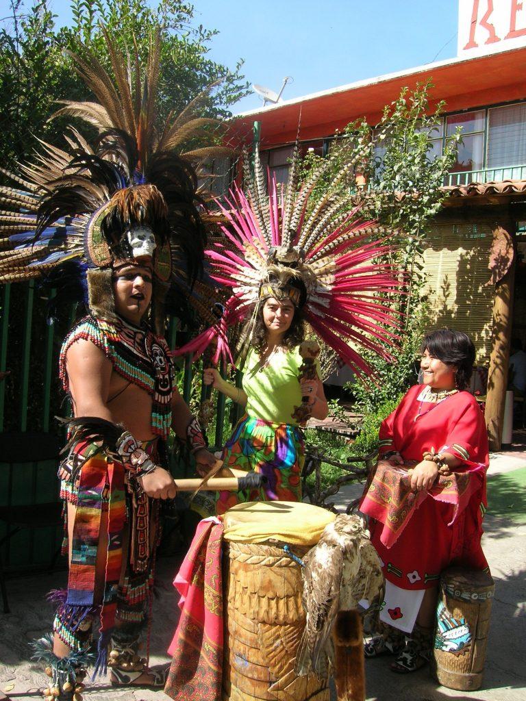 Маги Гигова пробва ударния инструмент на жив ацтека