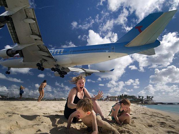 Над един от плажовете на карибския остров Сейнт Мартин самолетите летят твърде ниско