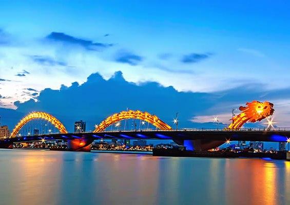 Прочутият мост Dragon bridge в Дананг, Виетнам