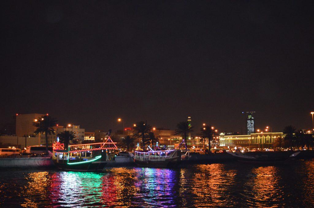 Разходката с лодка нощно време в залива Корниш е приказна