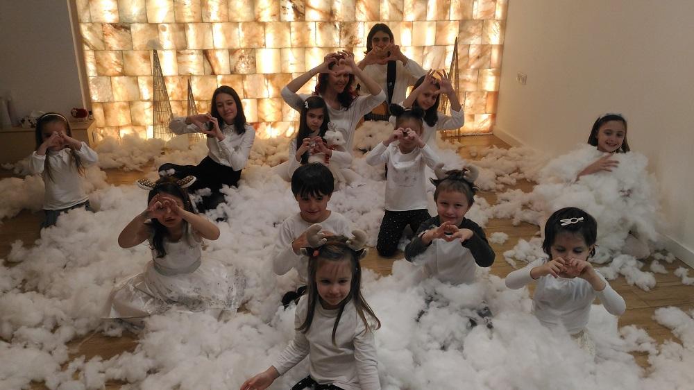 Светла Иванова и децата от вокалната й група записаха клип в солна стая