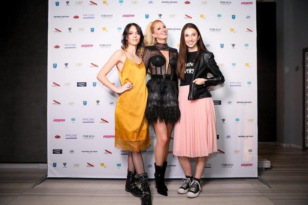 Плътно до модната шефка бяха прекрасните й дъщери, актрисата и модел Луиза Григорова и Кристина Ангелова