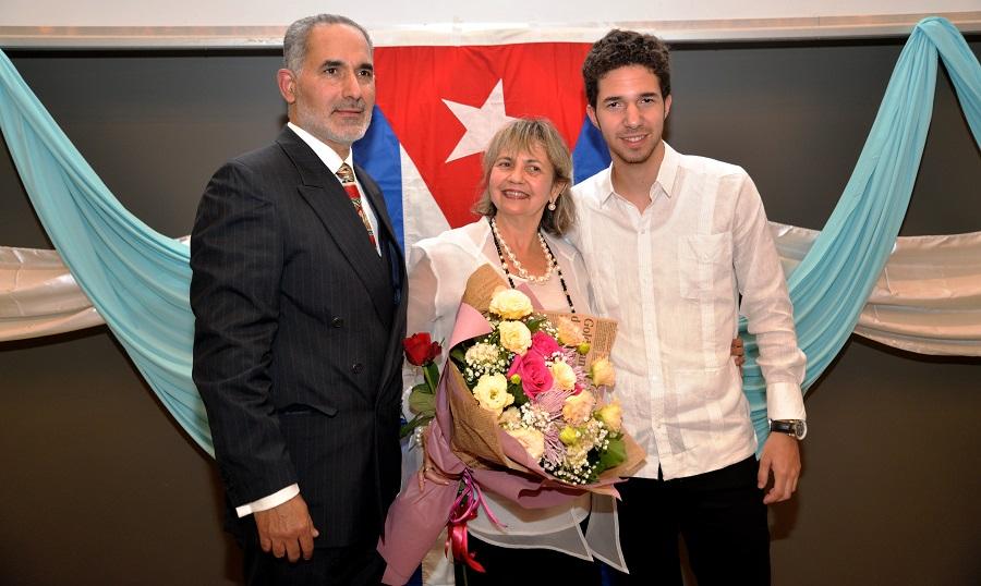 Нейно Превъзходителство Каридад Ямира Куето Милиан пристига в София със съпруга си и 16-годишния си син