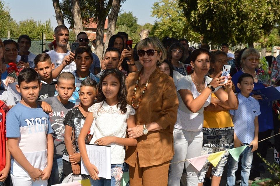 Нейно Превъзходителство Каридад Ямира Куето Милиан  с деца от България
