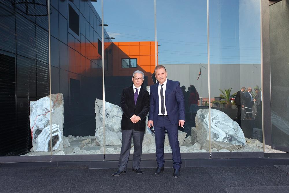 Николай Младжов с японския си партньор Макото Ямазава на фона на каменните картини на акад. Светлин Русев Снимка Красимир Свраков