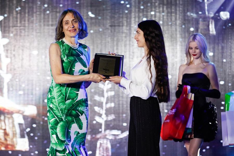 Посланикът в Турция Надежда Нейнски връчва награда на Мария Налбантова