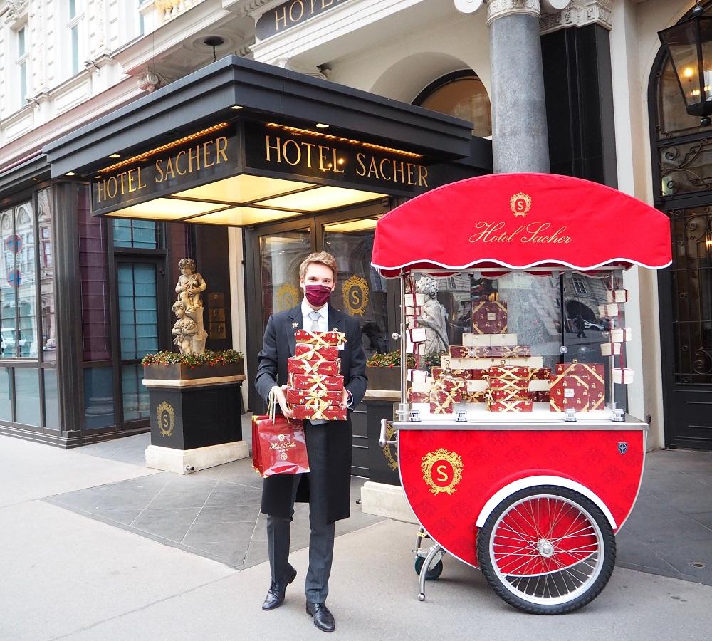 Оригиналната торта Сахер вече се продава в drive-in зоната пред едноименния хотел във Виена! © Hotel Sacher