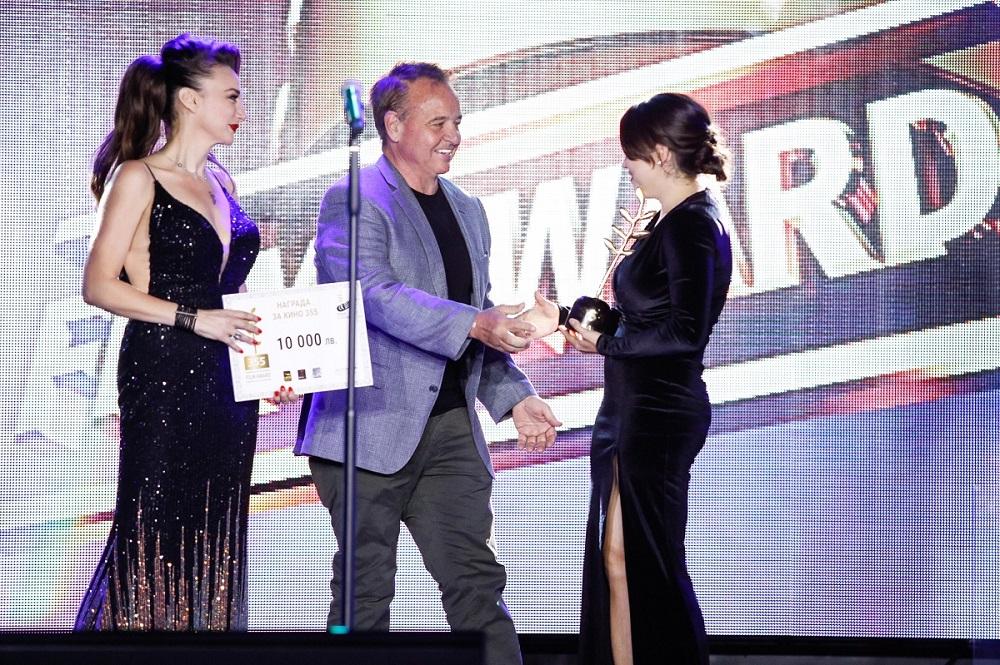 Фил Рот връчва наградата 355 на Ваня Бойчева