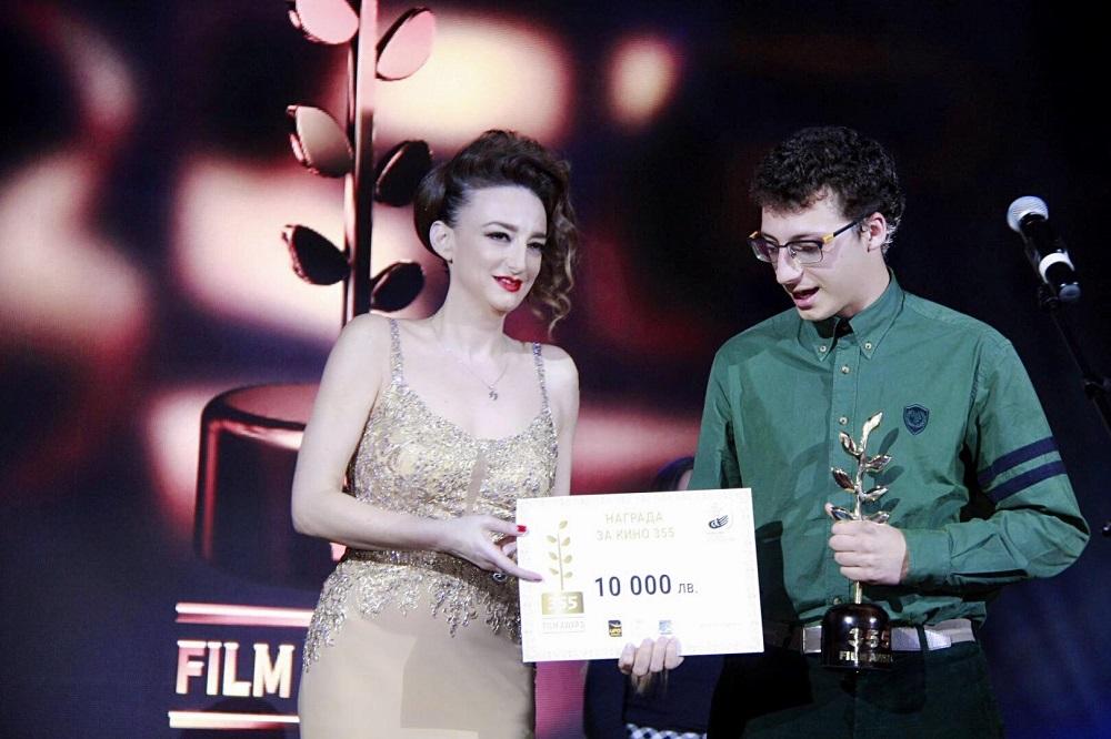 Деси връчва наградата на Йордан Михайловски